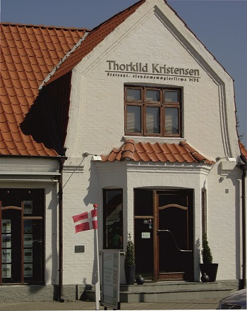 Facaden hos Ejendomsmægler Thorkild Kristensen, Blokhus - Aalborg Broncestøberi ApS